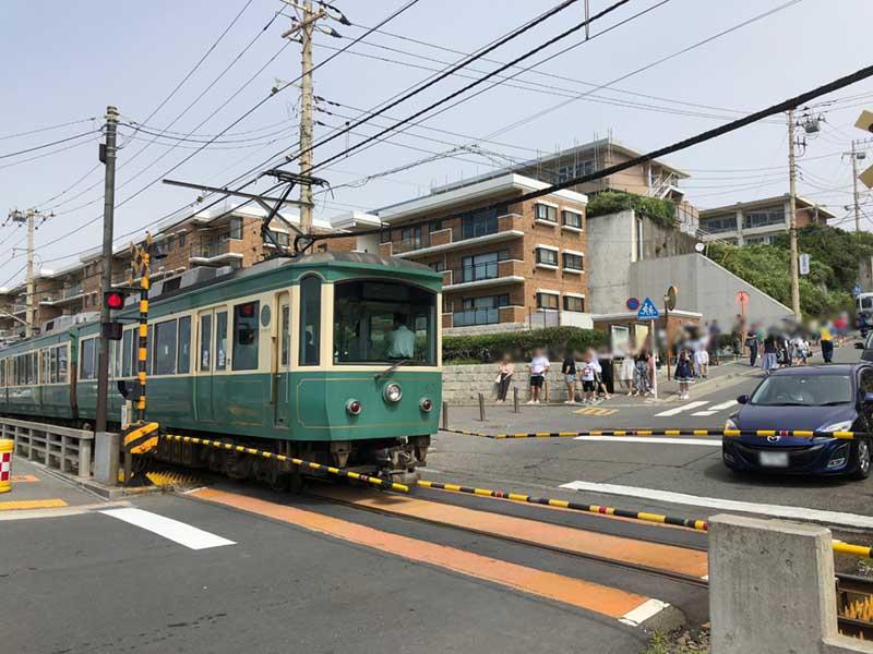 外国人観光客が多い鎌倉高校前の踏切