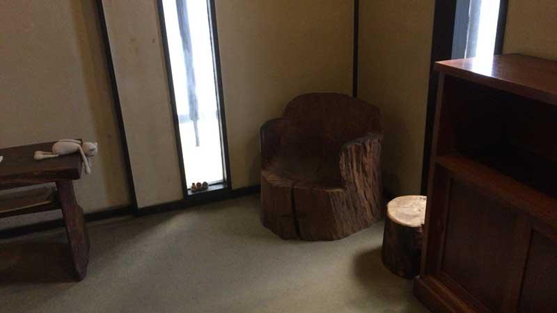 木をくりぬいた椅子がおしゃれ