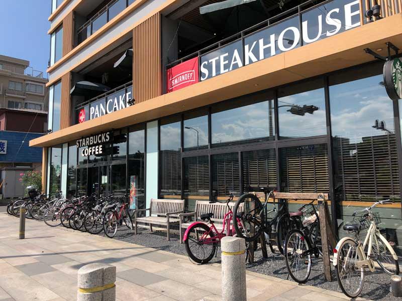 1階はスタバで2階はステーキとパンケーキの店