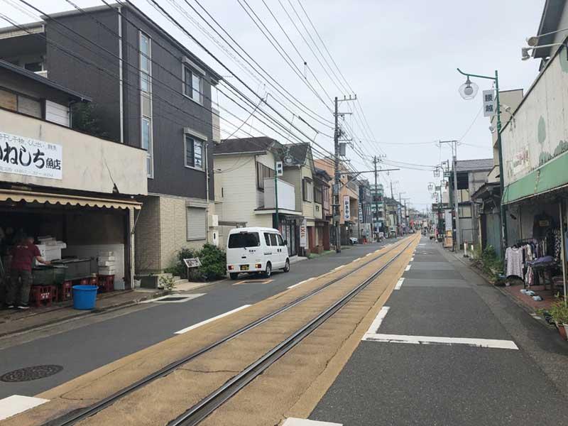 江ノ電が通り抜ける腰越商店街