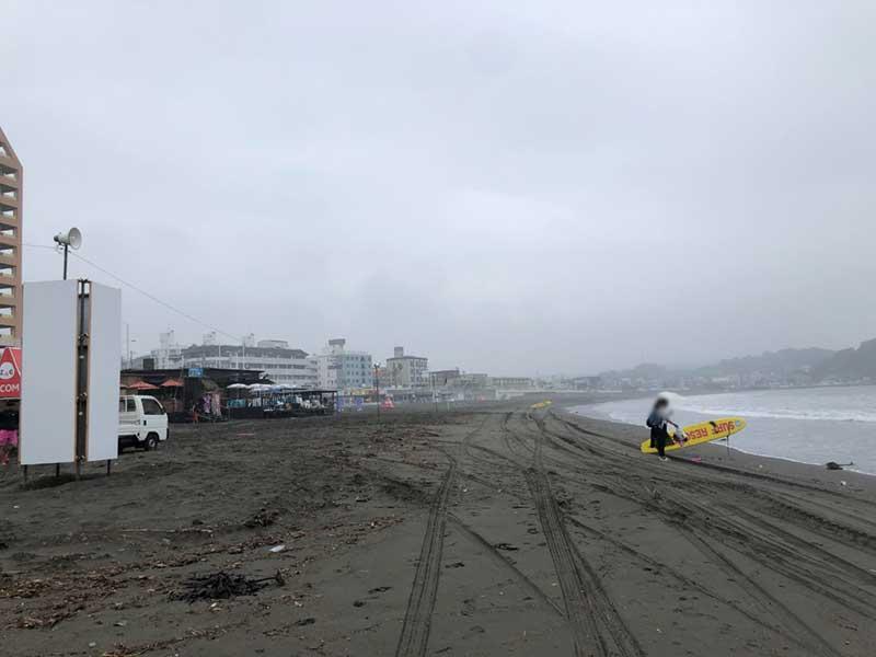 数人が浜を散歩しているだけ