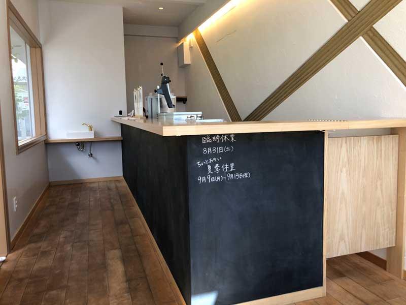 すっきりとしたカフェのような店舗