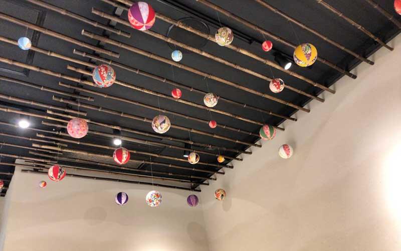 天井にはカラフルなボンボンが