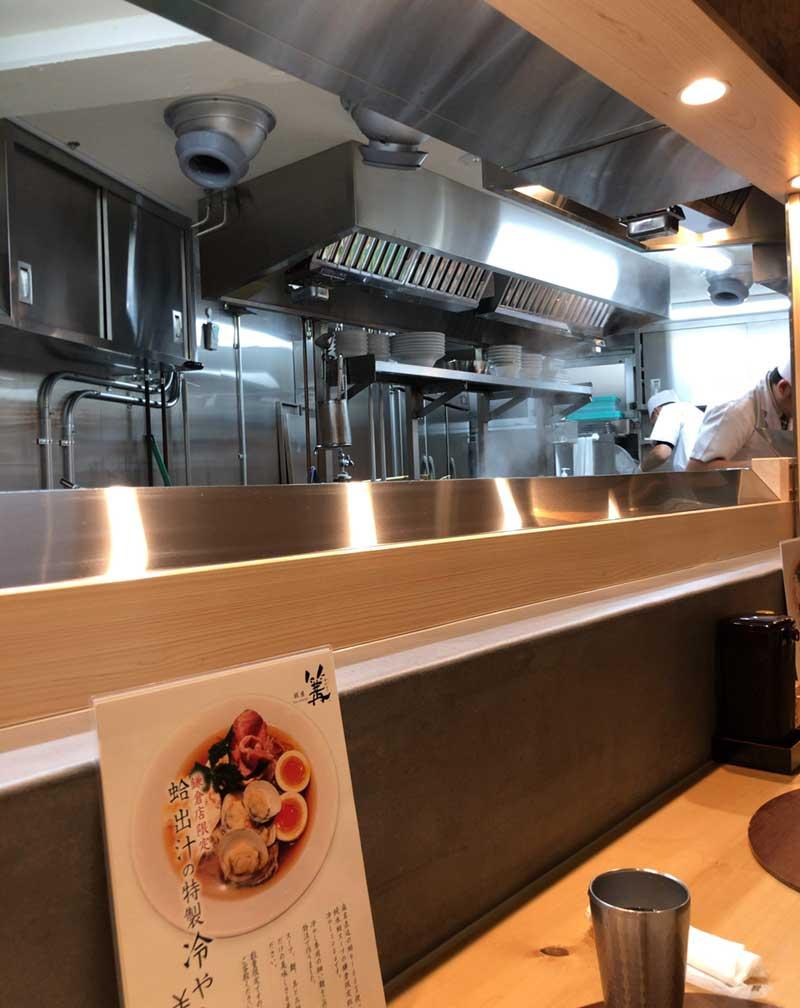 料理人も清潔感があって普通のラーメン屋とは違う!