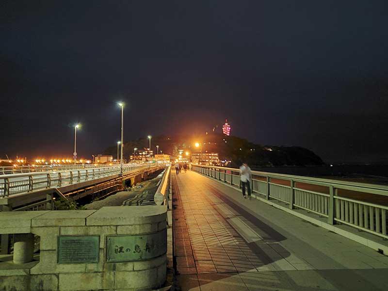 夜の弁天橋を渡って