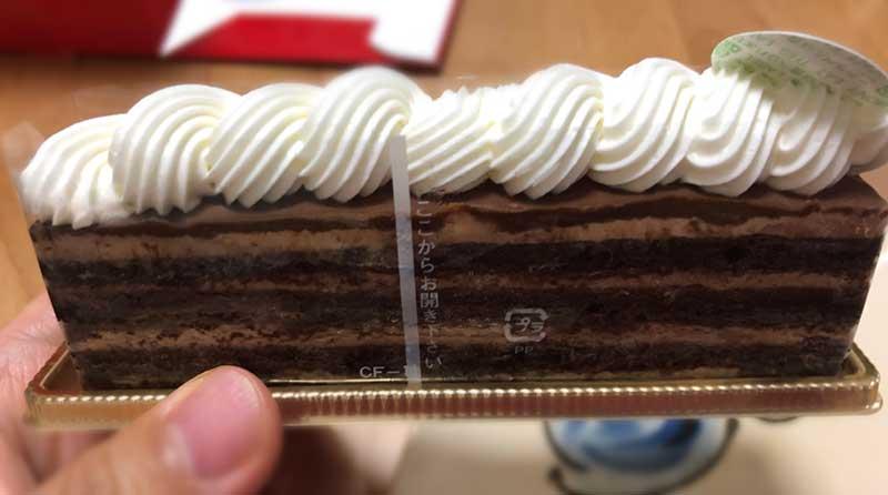 チョコケーキの上にもホイップ