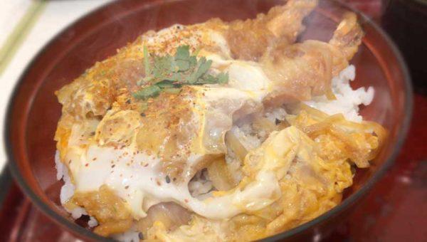 【鎌倉名物・鎌倉丼とは?】海老天ぷらの卵とじがフワサクで普通に美味しいです。普通に。