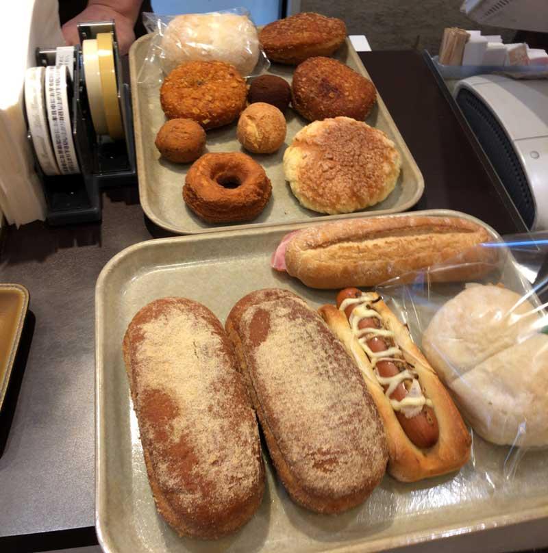 トレイにあふれんばかりのパン