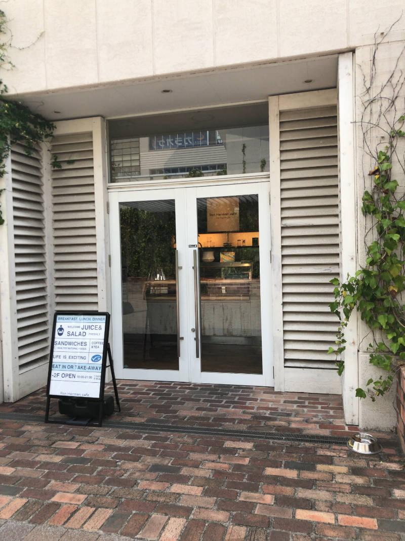 となりがロンハーマンカフェの入口