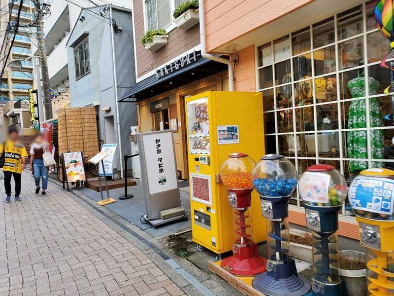 お土産屋さんの前に並ぶ自販機