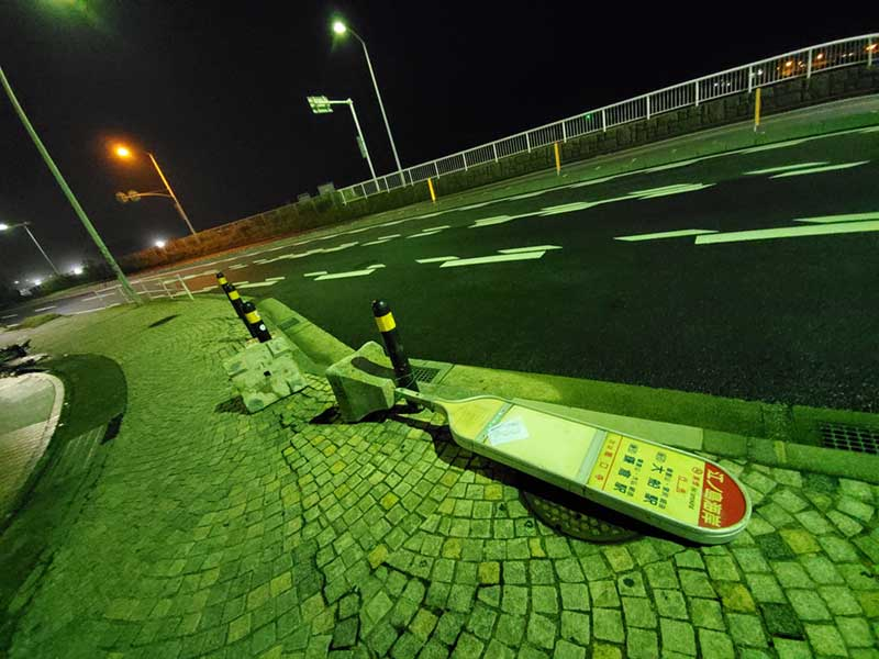 バス停の看板も台風仕様で倒してある