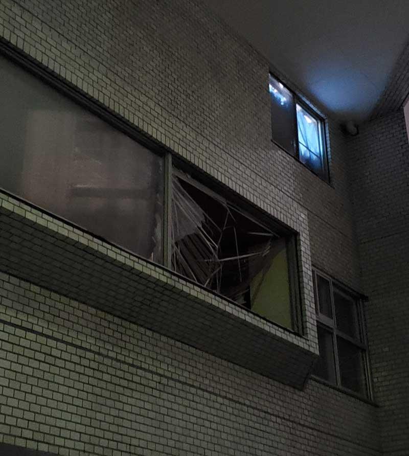 ガラス窓が割れているところもいくつかあります