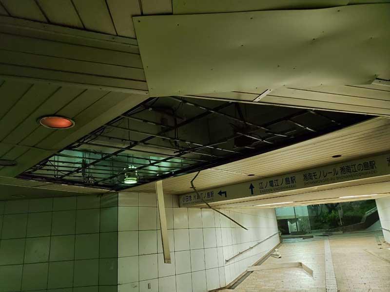 天井に大きく空いた穴