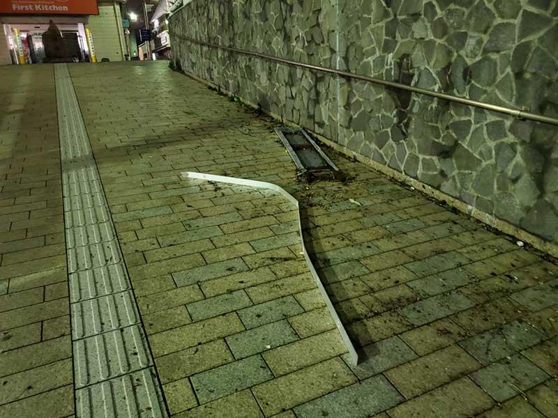 地下道の入口に鉄くずが散乱