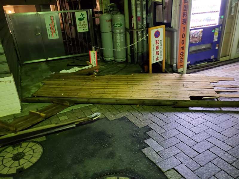 道路に看板の残骸が散乱