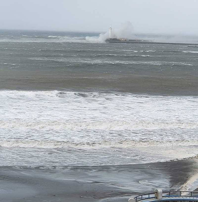 夕方は灯台が隠れるほどの高波でしたが