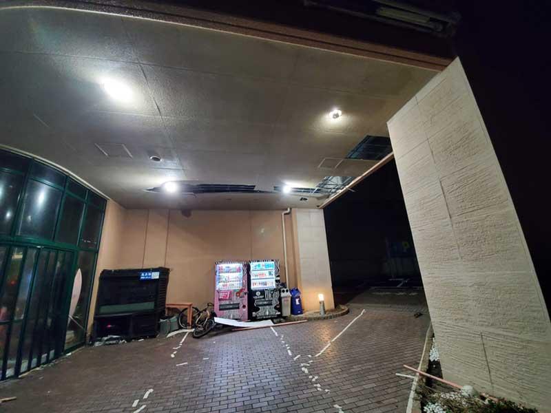 天井部分が剥がれ落ちている
