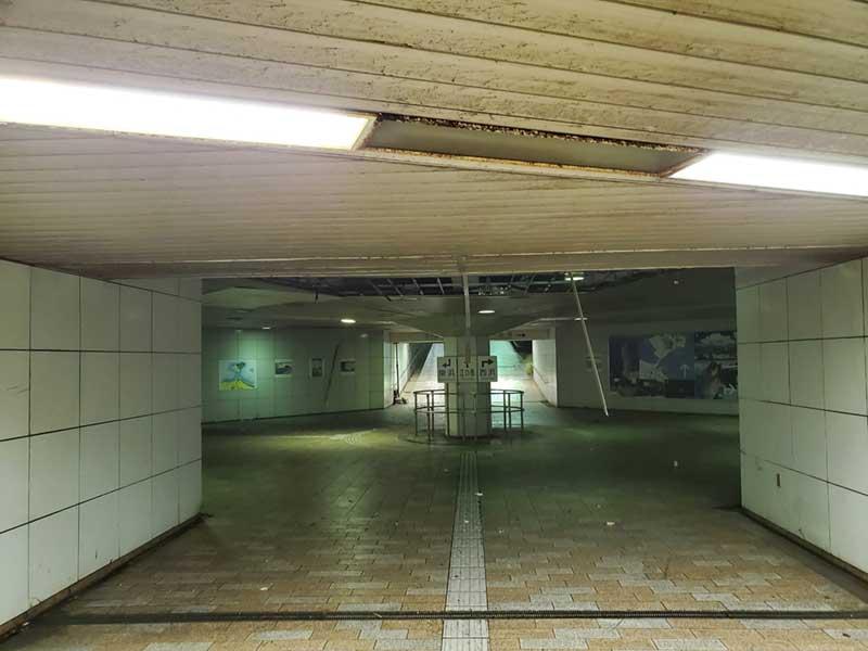 地下道の天井部分がはがれている