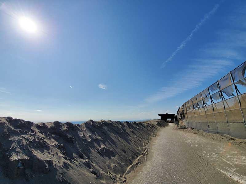海風で積もった砂山