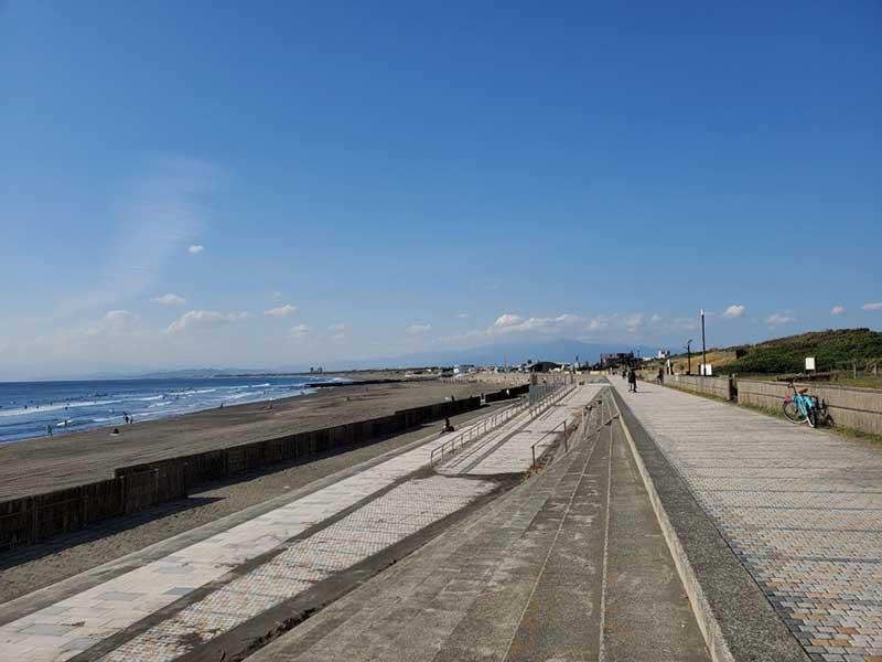鵠沼海岸のサーフビレッジ方面まで歩きます