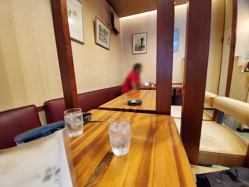 テーブル席には年配の常連客