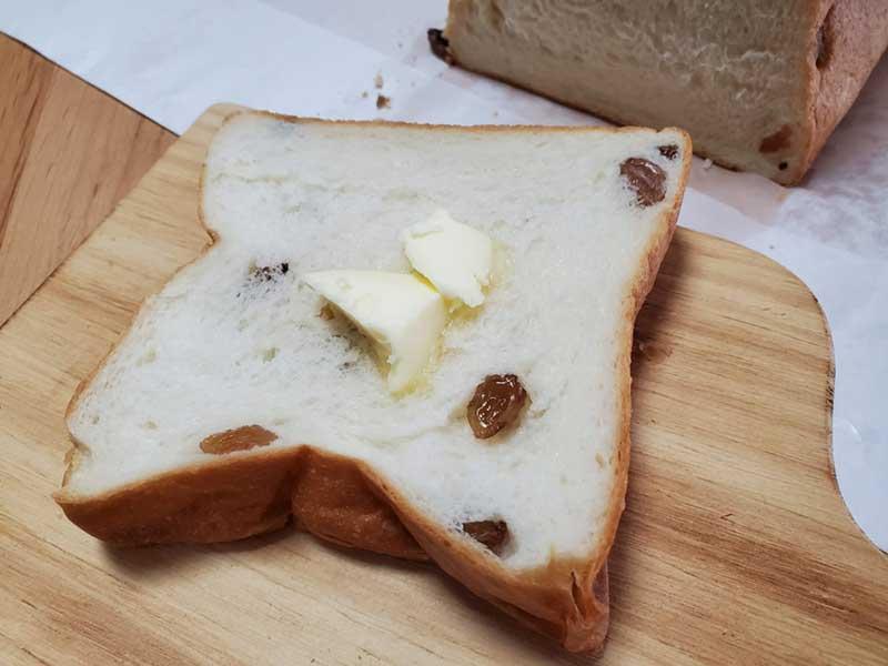 高級食パンにバターをたっぷりのせて