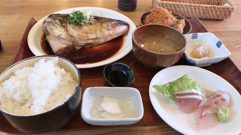 地魚刺身・アジフライ・カブト煮の欲張り定食