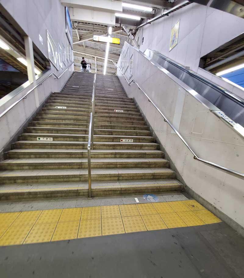 JR改札へ上る階段