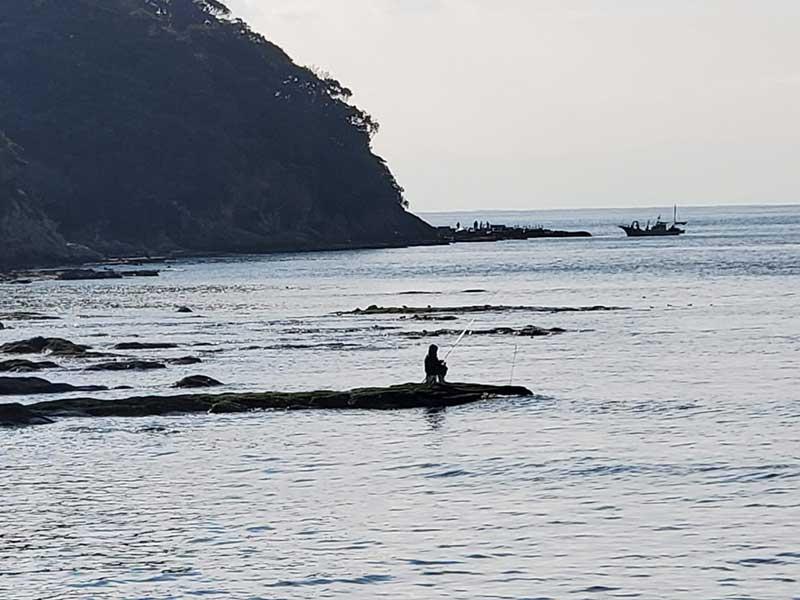 江ノ島の入口で釣りをしている