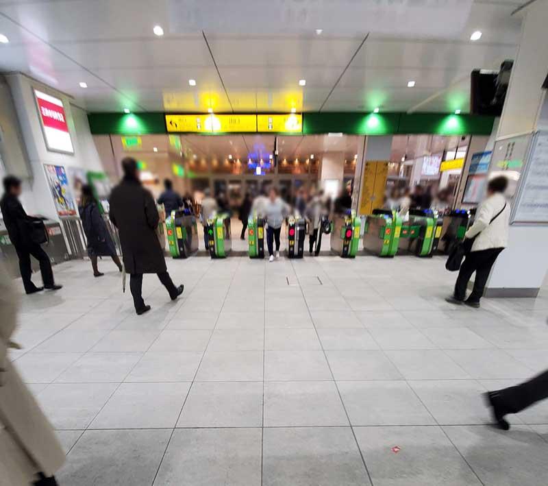 茅ヶ崎駅改札の目の前