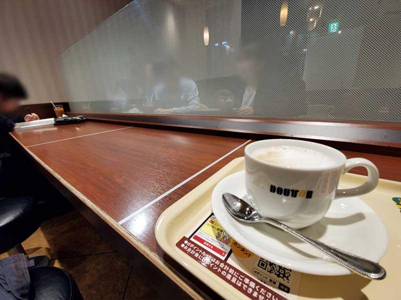 すりガラスのパーテーション付きテーブル