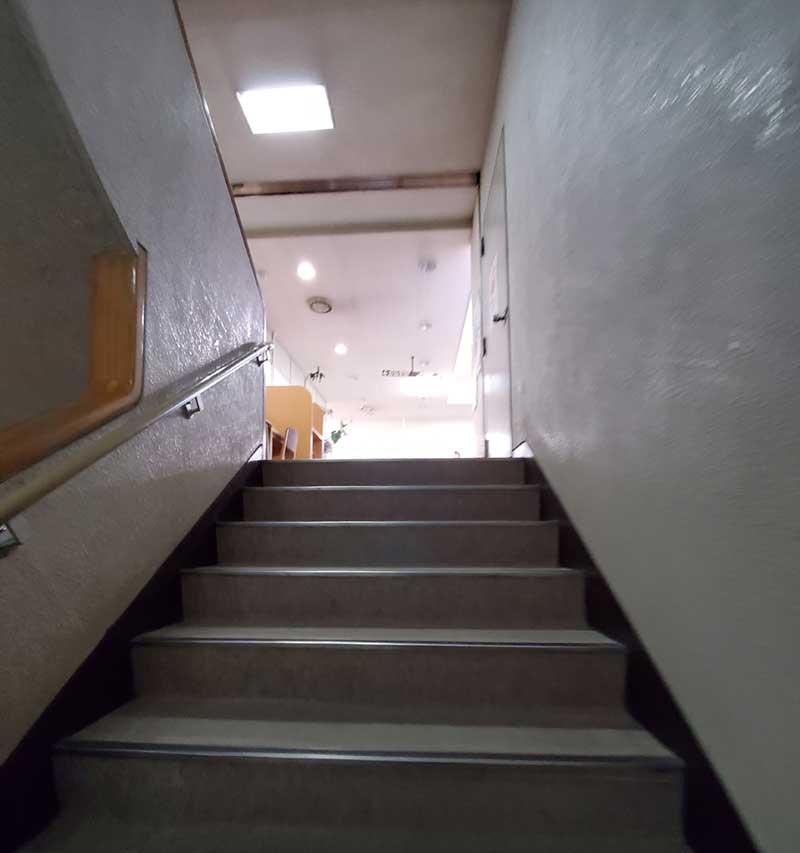 鎌倉市中央図書館の2階へ