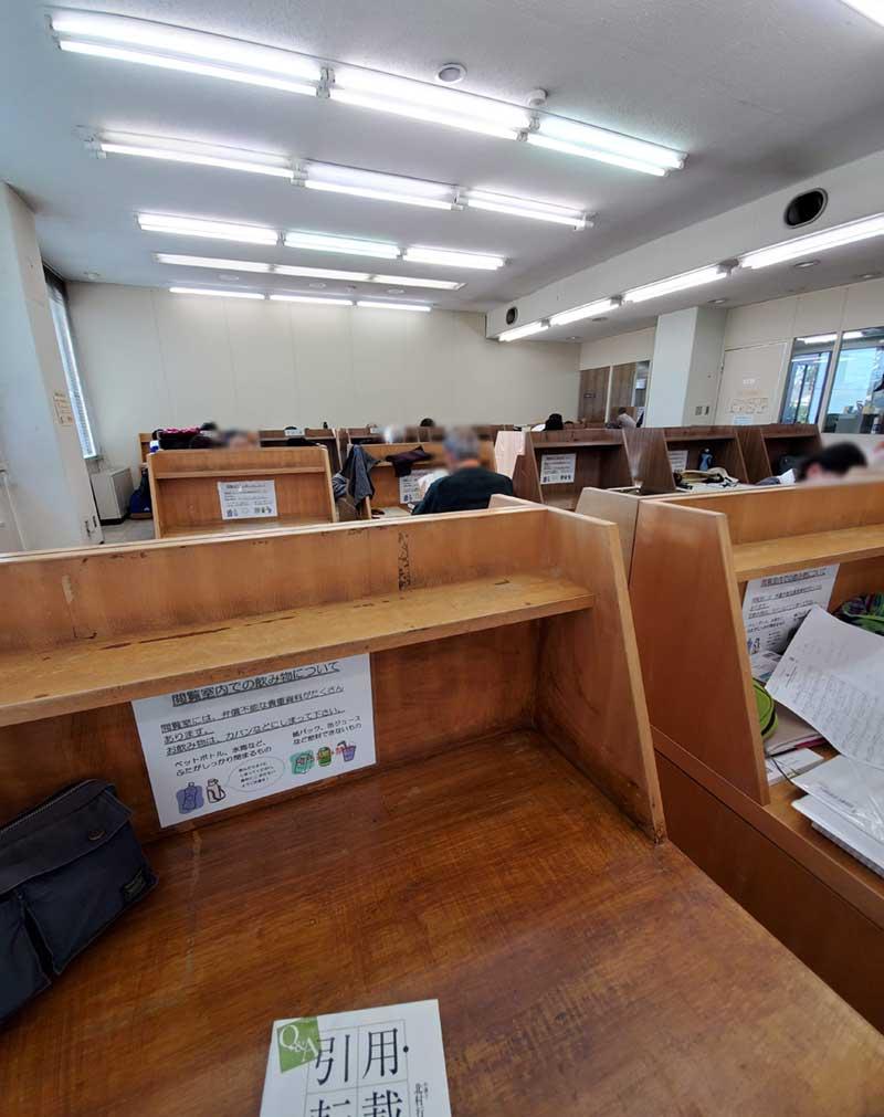 鎌倉市中央図書館の2階にある閲覧席