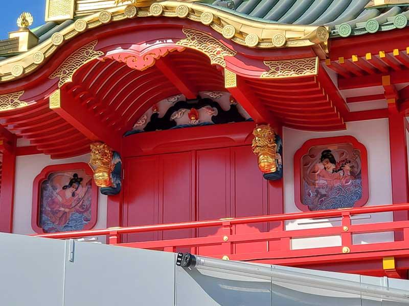 新片瀬江ノ島駅の2階部分の豪勢な装飾