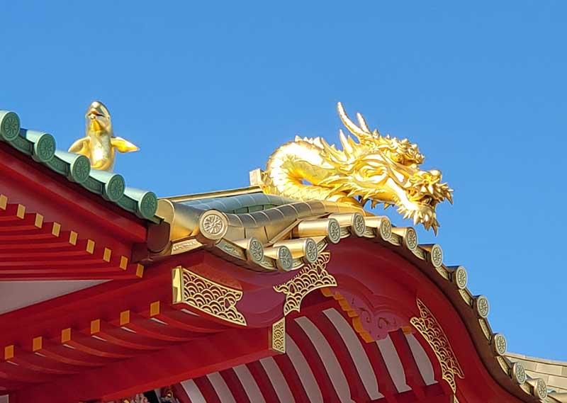 片瀬江ノ島駅の金の龍とイルカ