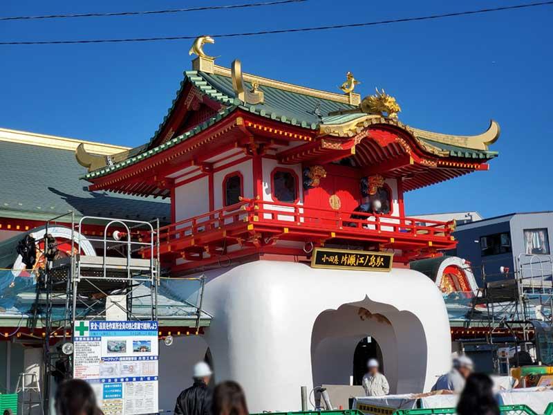新しい片瀬江ノ島の竜宮造りの白い門