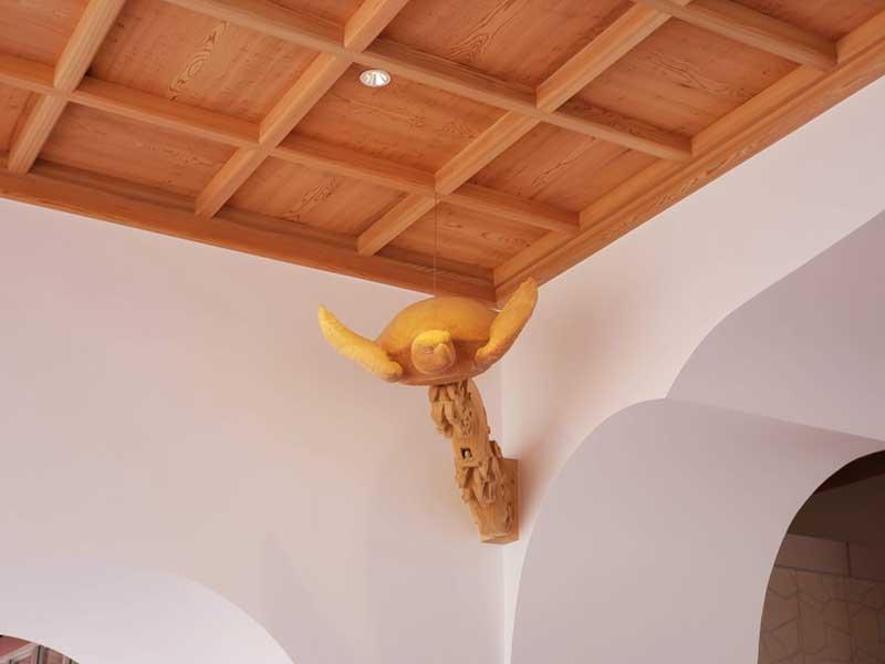 亀の木像は天井の4隅に配置