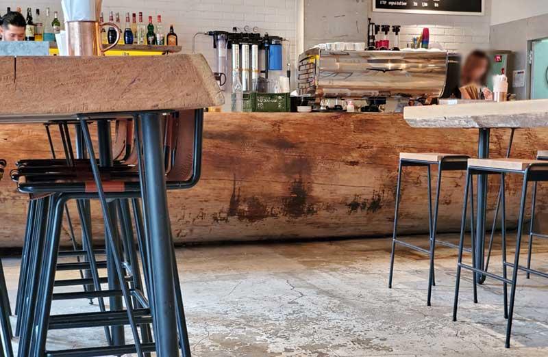 巨大な原木のカウンターテーブル