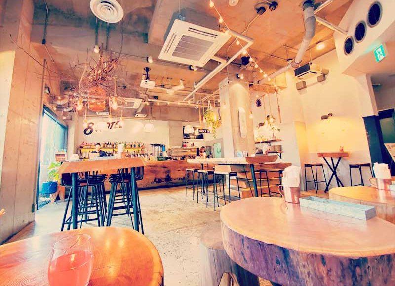 【藤沢8LOUNGEカフェで最高の朝食セット】ドリンク飲み放題!予約可!突き抜ける丸太テーブル!
