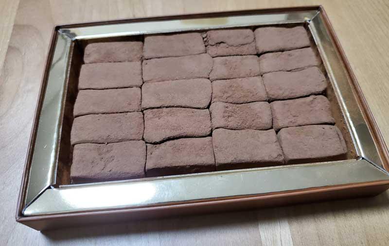 湘南の海岸にあるボードウォークをイメージした四角い生チョコ