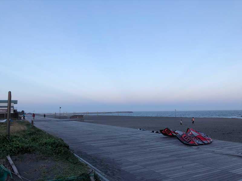 平塚ビーチパークの長いボードウォーク