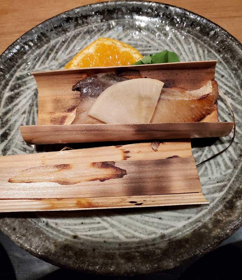 杉板に挟まれた焼き魚
