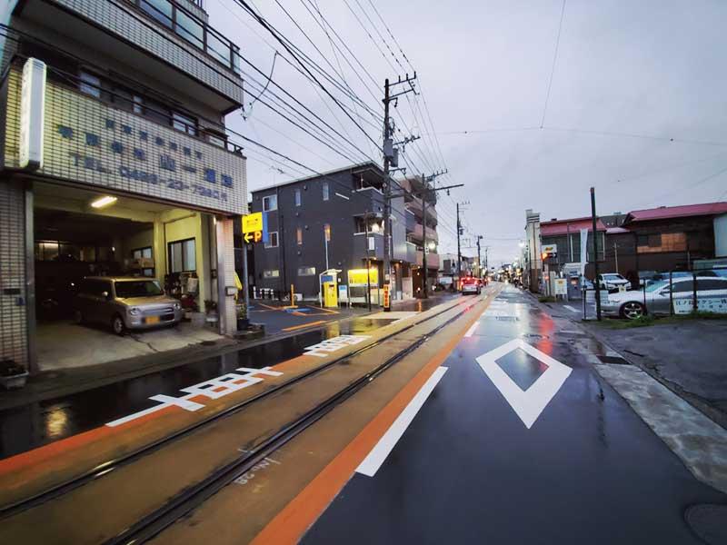 江ノ電が通る腰越の商店街