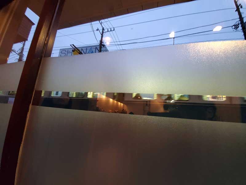 窓から江ノ電が通るのが見える