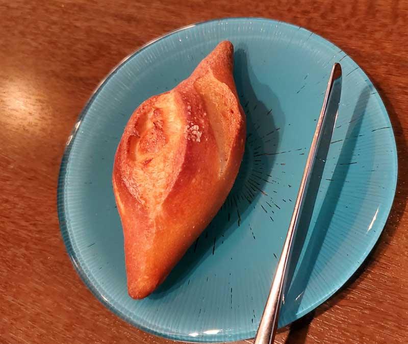 こんがり焼かれた塩パン