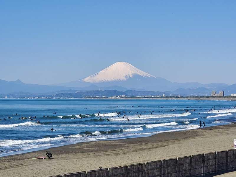 江ノ島・鵠沼海岸の海はサーファーでいっぱい
