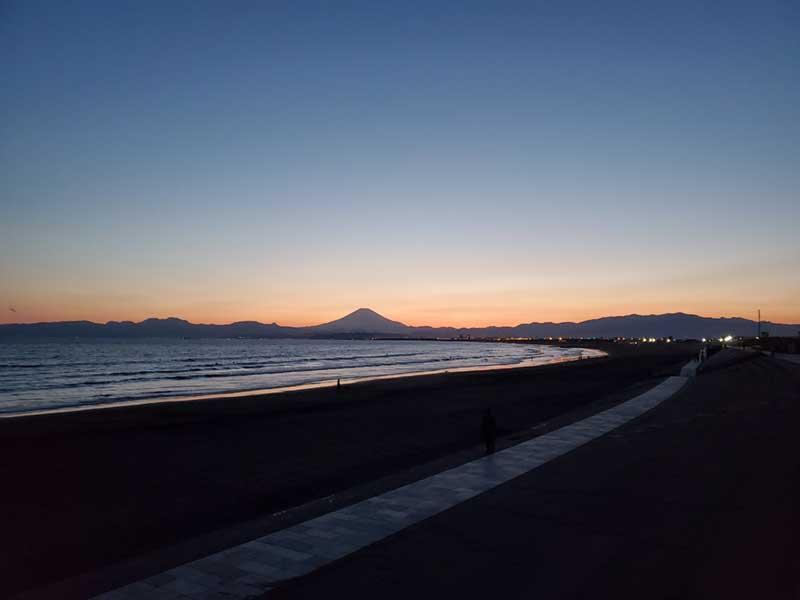 湘南の海が空いているのは夕方以降夜の時間