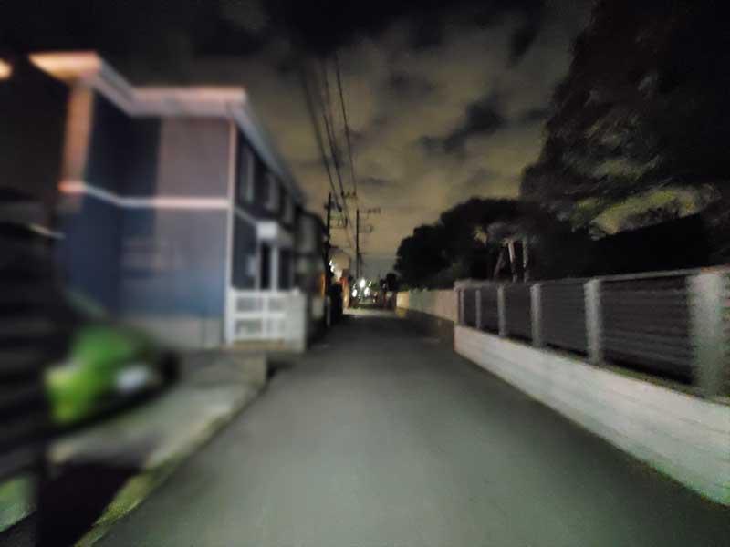 静かな住宅街を抜けて