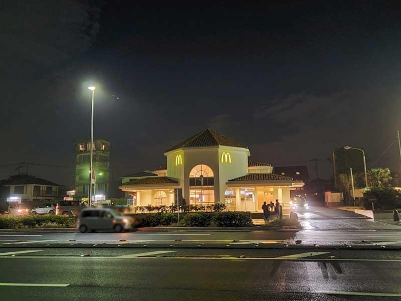 夜もドライブスルーと店前にたむろする人が多い