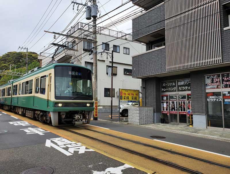 江ノ電が通る腰越商店街
